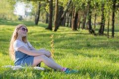 muchacha adolescente en parque del verano Imagen de archivo libre de regalías
