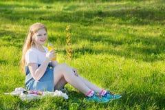 muchacha adolescente en parque del verano Fotografía de archivo libre de regalías