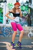 Muchacha adolescente en pcteres de ruedas Imagen de archivo libre de regalías