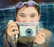 Muchacha adolescente en piscina con la cámara del underwter Fotografía de archivo libre de regalías
