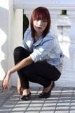 Muchacha adolescente en polainas que se pone en cuclillas en el ballustrade [5] Imágenes de archivo libres de regalías