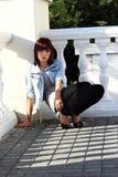 Muchacha adolescente en polainas que se pone en cuclillas en el ballustrade [8] Foto de archivo libre de regalías