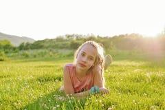 Muchacha adolescente en prado en retroiluminado Imágenes de archivo libres de regalías