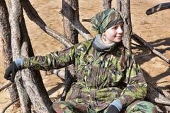 Muchacha adolescente en ropa del camuflaje Imagenes de archivo