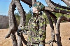Muchacha adolescente en ropa del camuflaje Foto de archivo
