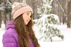 Muchacha adolescente en ropa del invierno y cierre hecho punto del sombrero encima de la foto Foto de archivo