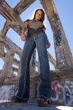Muchacha adolescente en ruinas urbanas Foto de archivo libre de regalías