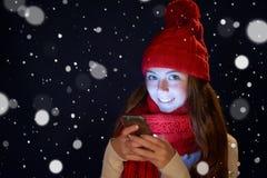 Muchacha adolescente en sombrero caliente con el teléfono elegante Fotografía de archivo libre de regalías