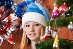 Muchacha adolescente en sombrero de la Navidad Imagen de archivo libre de regalías