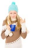 Muchacha adolescente en sombrero del invierno con la taza Foto de archivo libre de regalías