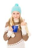 Muchacha adolescente en sombrero del invierno con la taza aislada Fotos de archivo libres de regalías
