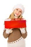 Muchacha adolescente en sombrero del invierno con un regalo Fotografía de archivo