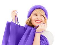 Muchacha adolescente en sombrero y bufanda con los panieres Fotos de archivo libres de regalías