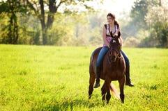 Muchacha adolescente en su caballo Foto de archivo libre de regalías
