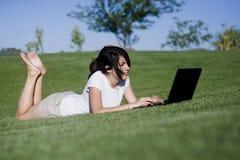 Muchacha adolescente en su computadora portátil Imagenes de archivo