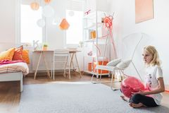 Muchacha adolescente en su dormitorio Imagenes de archivo
