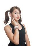 Muchacha adolescente en tapa negra con la sonrisa de las coletas Imagenes de archivo