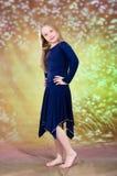 Muchacha adolescente en traje azul de la danza Imagen de archivo