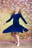 Muchacha adolescente en traje azul de la danza Fotos de archivo libres de regalías