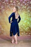 Muchacha adolescente en traje azul de la danza Imagen de archivo libre de regalías