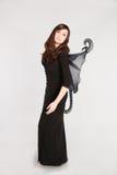 Muchacha adolescente en traje de hadas oscuro Fotos de archivo