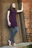 Muchacha adolescente en umbral Foto de archivo libre de regalías