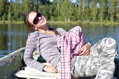 Muchacha adolescente en un barco Fotos de archivo