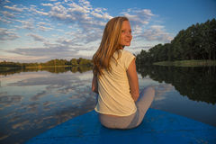 Muchacha adolescente en un barco en el lago Fotografía de archivo libre de regalías