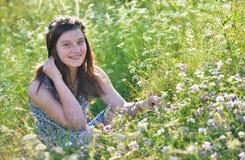 Muchacha adolescente en un campo Foto de archivo libre de regalías