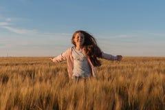 Muchacha adolescente en un campo amarillo Fotos de archivo