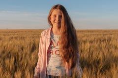 Muchacha adolescente en un campo amarillo Foto de archivo