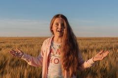 Muchacha adolescente en un campo amarillo Imagenes de archivo