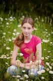Muchacha adolescente en un campo de margaritas Fotos de archivo