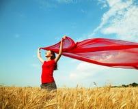 Muchacha adolescente en un campo de trigo Imagenes de archivo