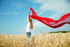 Muchacha adolescente en un campo de trigo Fotografía de archivo