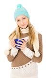 Muchacha adolescente en un casquillo con una taza Fotografía de archivo