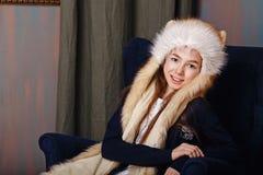 Muchacha adolescente en un casquillo de la piel Fotos de archivo