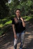 Muchacha adolescente en un parque sombrío Fotos de archivo