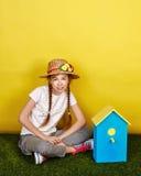 Muchacha adolescente en un sombrero de paja Foto de archivo