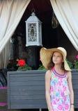Muchacha adolescente en un sombrero de paja Fotografía de archivo libre de regalías