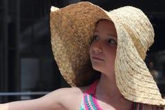 Muchacha adolescente en un sombrero de paja Foto de archivo libre de regalías