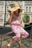 Muchacha adolescente en un sombrero de paja Imagenes de archivo