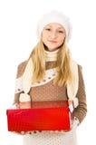 Muchacha adolescente en un sombrero que sostiene un regalo aislado Fotos de archivo libres de regalías