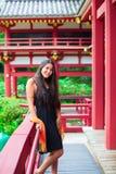 Muchacha adolescente en un templo japonés o del chino rojo de Bhuddist Imagenes de archivo
