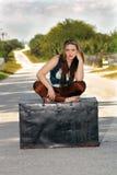 Muchacha adolescente en un tronco en la calle (3) Imagenes de archivo