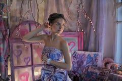 muchacha adolescente en un vestido de noche coloreado brillante Imagen de archivo