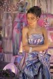 muchacha adolescente en un vestido de noche coloreado brillante Foto de archivo