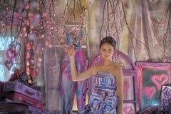 muchacha adolescente en un vestido de noche coloreado brillante Imagenes de archivo