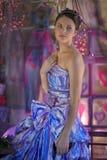 muchacha adolescente en un vestido de noche coloreado brillante Foto de archivo libre de regalías