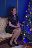 Muchacha adolescente en un vestido negro Fotografía de archivo